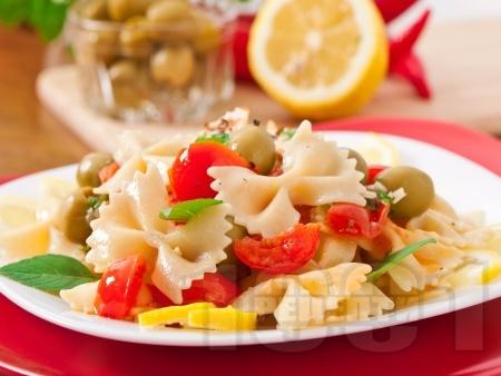Салата с паста фарфале, чери домати и зелени маслини - снимка на рецептата
